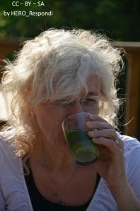 Charlotte njuter grön smoothie