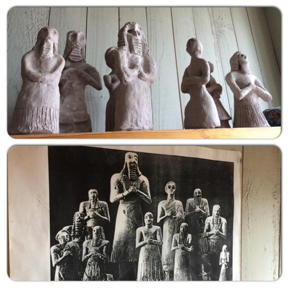 Skulpturer i lera på en hylla i slöjdsalen, fritt skapade efter egyptiska förebilder (bilden uppsatt under hyllan med figurerna).