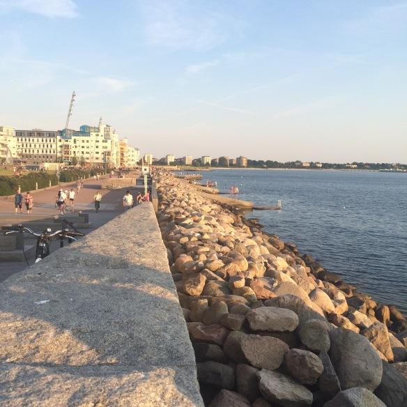 Västra Hamnen i Malmö - människor flanerar, fikar, äter glass, badar, skrattar och har kul. Lever livet helt enkelt!