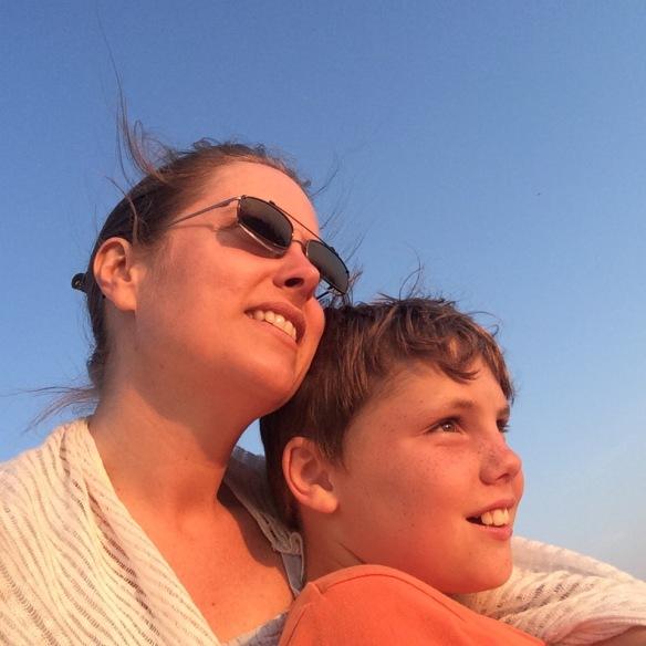 Mor och son myser.