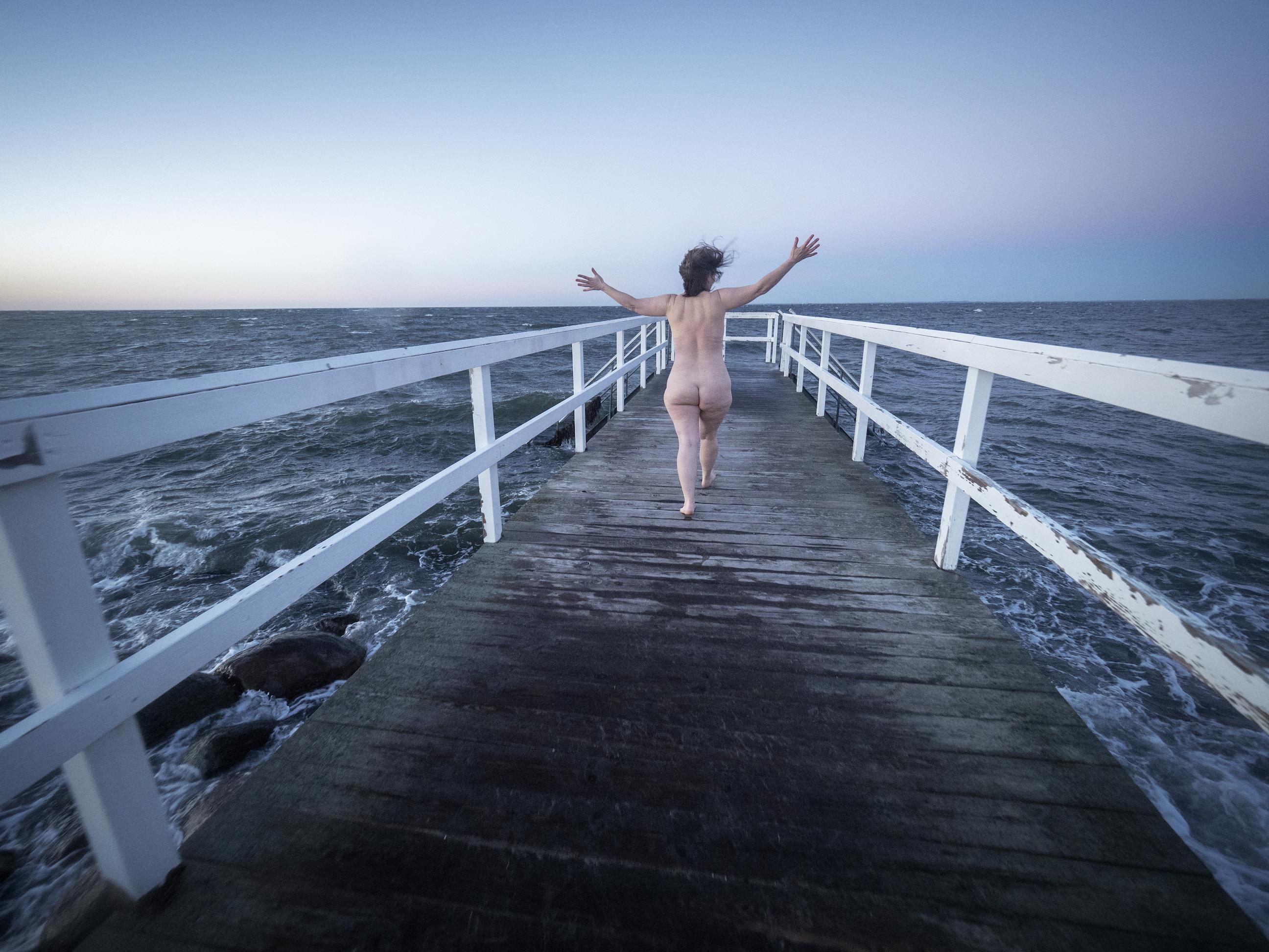 Foto av Anders Roos: Jag går naken ut mot bryggan för ett kallbad